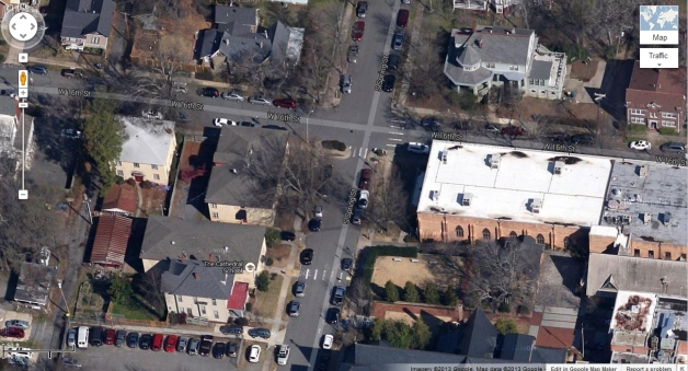 Google Map image of the block in question showing the solid square roof-lines of the mid-1930s buildings, not the jagged outlines of the 1913 rowhouses joined in the back.